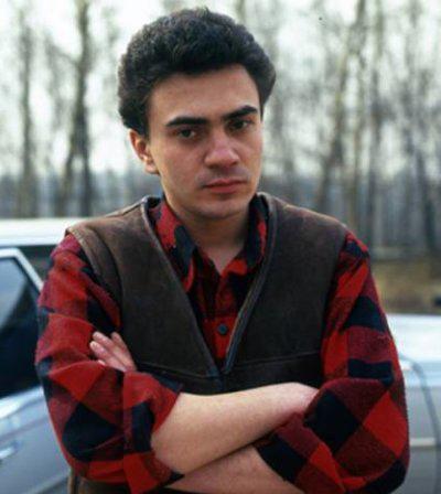 Юрий Барабаш (14 апреля 1974 - 28 сентября 1996) 22-летний автор-исполнитель русского шансона, более известный под сценическим псевдонимом Петлюра, погиб в автокатастрофе на Севастопольском проспекте в Москве.