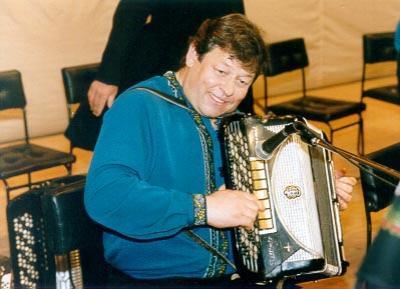 Геннадий Заволокин (18 марта 1948 - 8 июля 2001) Народный артист Российской Федерации, композитор, баянист, гармонист и поэт, получивший наибольшую известность, как основатель и ведущий телепередачи «Играй, гармонь любимая!», погиб вблизи села Новый Шарап Ордынского района Новосибирской области.