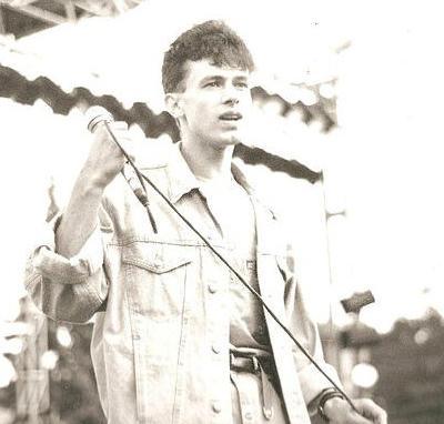 Также Разин утверждает, что это - пятый трагический случай в истории группы. Что же касается погибшего музыканта, то он числился вокалистом популярной молодежной группы, совершившей переворот в отечественной поп-культуре, на протяжении пяти лет. Впоследствии его заменил Юрий Шатунов.