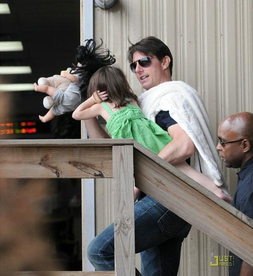 Пока  Том что-то говорил дочери, Сури тщательно закрывала ладошками уши…