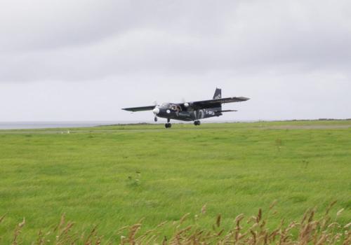 А вот добраться из индонезийской деревушки Кегата в соседнюю Апово (Новая Гвинея) можно только по воздуху: поселки разделяет глубокая долина. Расстояние здесь еще меньше, чем в Шотландии, а полет в общей сложности продолжается 73 секунды. Однако этот рекорд пока официально не зафиксирован.
