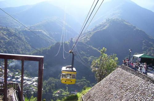 Самый длинный подвесной: канатная дорога Телеферико-де-Мерида, ВенесуэлаМаршрут: Мерида - пик ЭспехоВремя в пути: 2 часаСтоимость: $25Самая длинная и самая высотная канатная дорога в мире протянулась на 12,5 км и поднимается почти на 5000 м над уровнем моря. Teleférico ведет из центра города Мерида к пику Эспехо, а по пути фуникулер делает несколько остановок в самых живописных местах Венесуэльских Анд. Отсюда открываются виды на высочайшую гору страны - пик Боливар - и другие заснеженные вершины, густые леса, горные долины, реки и озера. Чтобы увидеть все это, в поездку советуют отправляться ранним утром, так как после полудня горы затягиваются туманом и облаками.