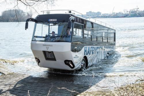 Riverbus одет в водонепроницаемый корпус, у него три дизельных двигателя: один обычный и два водометных. Земноводный транспорт оборудован корабельным колоколом, якорем и антенной мачтой, а номера закреплены над лобовым стеклом, чтобы их можно было видеть с воды. Поездка начинается в складском квартале Гамбурга и продолжается 80 минут, полчаса из них - по воде со скоростью 13 км/ч.