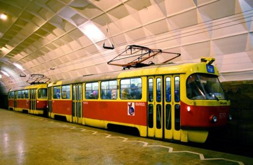 Ежегодно подземный трамвай перевозит почти 50 млн человек. Пока метротрам лишь в два раза быстрее своего наземного собрата (30 км/ч), но в этом году у него есть шанс ускориться: к чемпионату мира по футболу планируют закупить современные вагоны с конструкционной скоростью 75 км/ч.