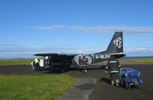 Самый короткий: перелет между Оркнейскими островами, ВеликобританияМаршрут:Уэстрей - Папа-УэстрейВремя в пути: 2 минутыСтоимость: £17Самый короткий в мире пассажирский перелет длится всего 2 минуты, а в воздухе самолет находится и того меньше - 47 секунд, перевозя пассажиров между шотландскими островами Уэстрей и Папа-Уэстрей, расположенными на расстоянии 2,8 км друг от друга. Восьмиместный самолет перевозит в основном туристов: местных жителей здесь мало, поэтому Оркнейские острова не соединены мостами. Но альтернатива самолету все же есть - катер.