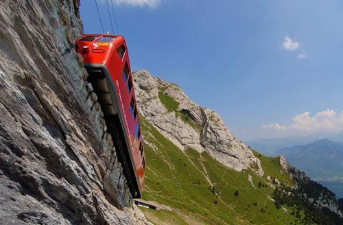 Самый крутой: Пилатусбан, ШвейцарияМаршрут: Альпнахштадт - ПилатусВремя в пути: 30 минутСтоимость: 68 швейцарских франковВсего 4,6 км - эта железная дорога не может похвастаться длиной, зато она самая крутая в мире и вполне заслуживает звания самой экстремальной. Полотно из долины на вершину горы Пилатус проложено под уклоном 48° и местами проходит буквально по краю пропасти. Это зубчатая железная дорога: между обычными рельсами расположена зубчатая рейка, а электровоз оборудован двумя подвижными колесами с зубцами для более надежного сцепления. Конструкция проверена временем -- дорога работает без малого 130 лет. Неторопливый поезд ползет в гору со скоростью всего 9-12 км/ч, зато те, кто не зажмурится от страха, смогут не спеша полюбоваться горными красотами: лесами, альпийскими лугами, скалами и ледниками.