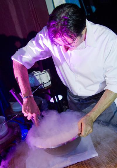 Мороженое в жидком азоте, Манила, Филиппины  Еда для космонавтов уже давно готовится с помощью сверхбыстрого замораживания, но не все рестораны отваживаются применять технологию молекулярной гастрономии в обычной жизни.