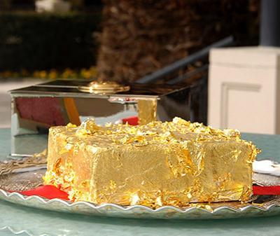Затем в блюдо добавляют редкую ваниль Французской Полинезии, присыпают карамелизованными черными трюфелями и покрывают торт съедобными 24-каратными золотыми хлопьями. Сам торт подают в серебряной коробке с золотой печатью.