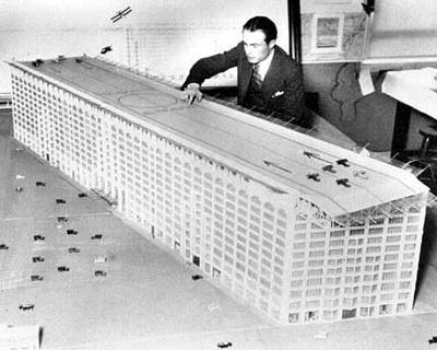 В 1920-х американцы были уверены, что в ближайшем будущем самолеты заменят автомобили. На фото - макет здания с аэропортом на крыше, длина взлетно-посадочной полосы - 300 метров.