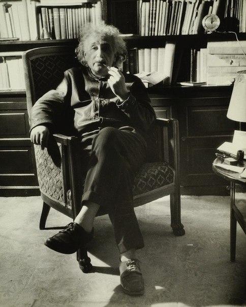 Альберт Эйнштейн с любимой трубкой, 1938 г.