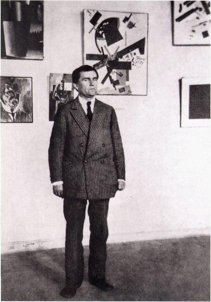 Казимир Малевич у своих работ в Музее художественной культуры. Петроград, 1924 г.