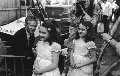 Лиза и Луиза Бернс выглядят не такими жуткими в перерыве между съемками фильма «Сияние», 1979 г.