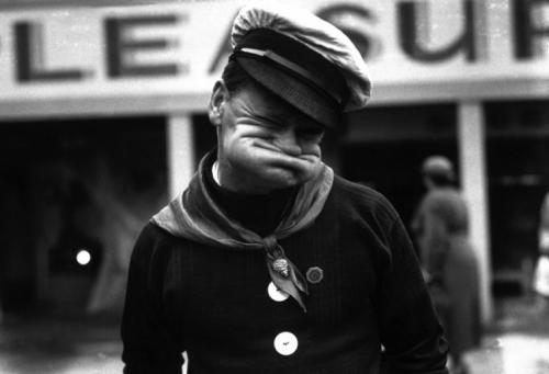 Лицевой акробат Альфред Хайланд позирует во время выставки в Глазго, 1938 г.