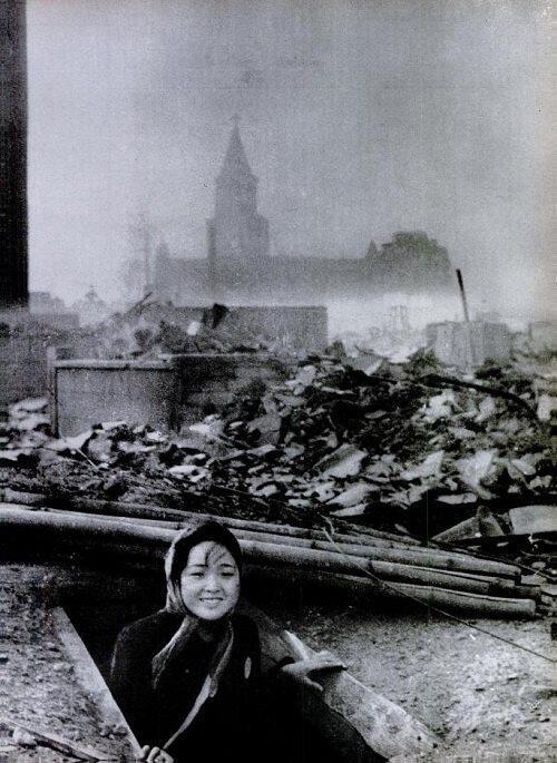 Выжившая женщина в Нагасаки, 1945.
