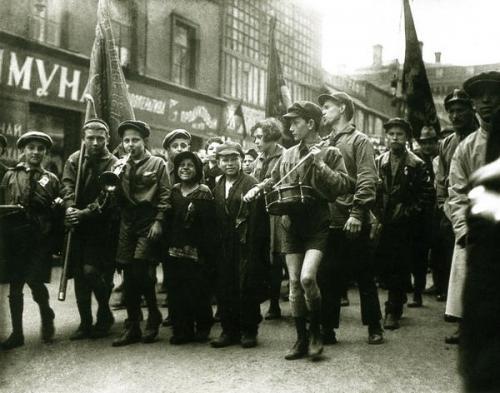 Пионеры и беспризорники. Москва, 1 мая 1927 года.