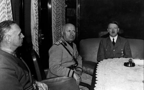 Риббентроп, Муссолини и Гитлер во время встречи в итальянском городе Бреннер, 1940 г.