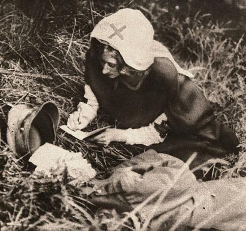 Медсестра Красного Креста записывает последние слова британского солдата, 1917 г.