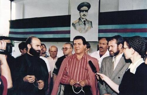 Иосиф Кобзон, народный артист ЧИАССР в Грозном. Слева Шамиль Басаев, справа Ахмед Закаев.