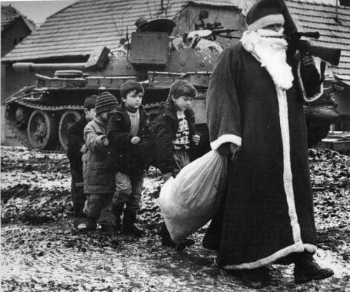 Дед Мороз с детьми в городе Вуковар, Хорватия, 1992 г.