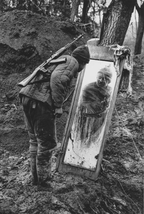 Российский срочник смотрит в зеркало. Чечня, 1994 г. Фотография Бориса Кудрявова.
