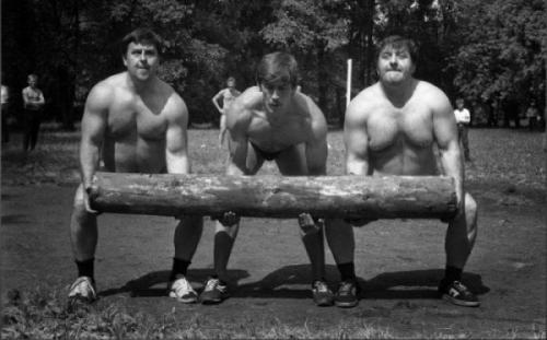 Соревнование по метанию бревна на спартакиаде шахтеров. Кемеровская область, СССР, 1987 г.