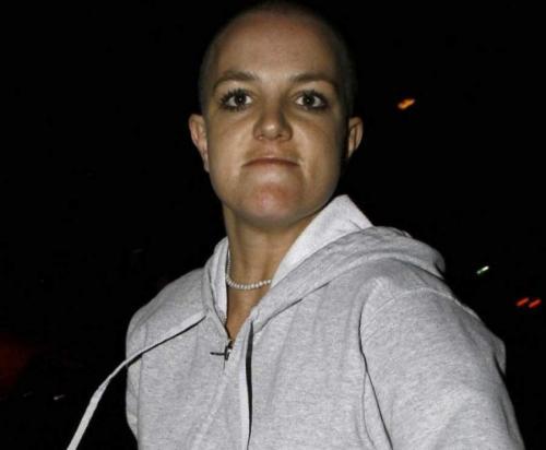 Бритни Спирс, 37 лет Певица Бритни Спирс после скандального расставания со своим мужем, танцором Кевином Федерлайном, буквально сошла с ума на глазах у фанатов.