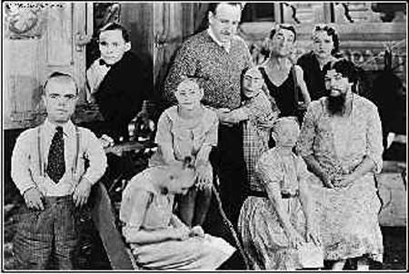 На самом деле эти люди выглядели так... Перед вами, так сказать, джентельменский набор: карлик, бородатая женщина, яйцеголовые люди и просто люди некрасивые... Ну, и пяток настоящих длинноногих красавиц, - для контраста...