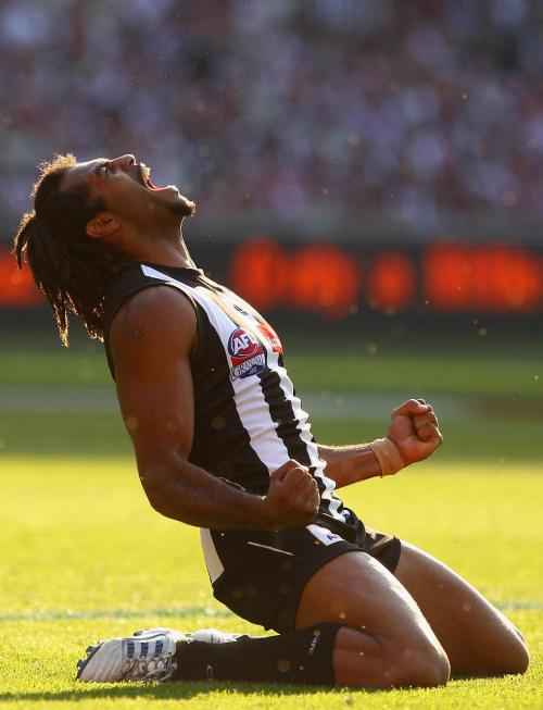 ����� �'������ �� ����� Collingwood Magpies ����� ��� � ����� �� �������������� ������� ������� St Kilda Saints, ��������, ���������, 2 ������� 2010. (���� Quinn Rooney | Getty Images)