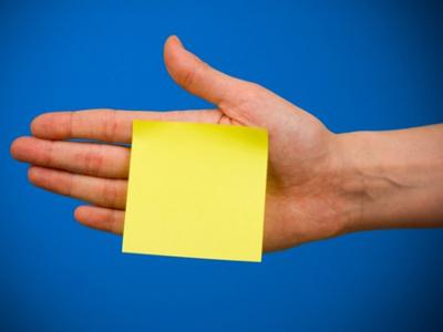 Стикеры В 1968 году американский физик Спенсер Сильвер пытался создать клей для идеальной работы с бумагой, который мог бы удерживать бумагу на поверхности, но не слишком сильно, чтобы ее можно было снять, не порвав. Кроме того, этот клей должен был оставаться липким при многоразовом использовании.