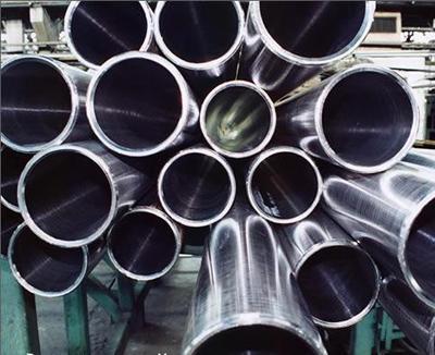 Позднее изобретатель понял, что полученный сплав идеален для столовых приборов, которые изготавливались из серебра и углеродистой стали и постепенно приходили в негодность из-за коррозии.
