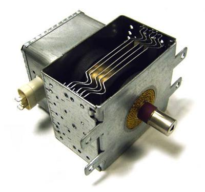 Микроволновая печь В 1946 году инженер Перси Спенсер тестировал магнетрон, излучающий микроволновую радиацию. Во время тестов шоколад в его кармане расплавился. Перси предположил, что это произошло из-за магнетрона, и поместил рядом с прибором зерна для попкорна.