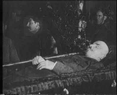 Это был действительно нескончаемый поток к телу вождя мирового пролетариата...