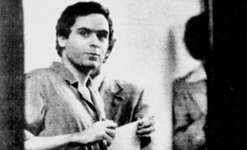 По некоторым данным, он жестоко убивал и насиловал студенток Вашингтонского университета, где он учился в 1966-1968 и 1970-1972 гг. От прочих преступников он отличался привлекательной внешностью и отличным социальным статусом, поэтому жертвы ему доверяли.