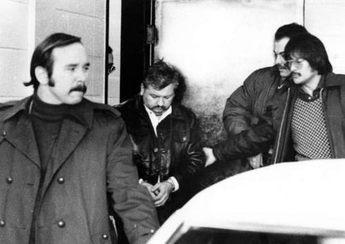 Джона Гейси арестовали лишь в конце 1978 года. Из его подвала полиция вынесла 29 изуродованных тел. Еще четверо были утоплены в реке. В мае 1994 года маньяк был казнен с помощью инъекции.
