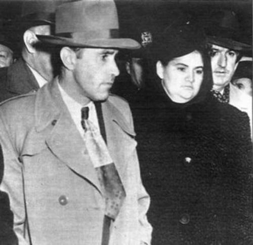 """Под влиянием новой возлюбленной он соглашается на убийства женщин. Парочку прозвали """"Одинокие сердца"""". Они убивали людей в период с 1947 по 1949 год. 8 марта 1951-го любовники были казнены на электрическом стуле."""