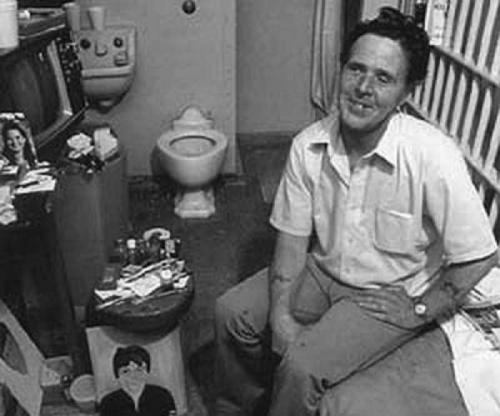 За убийство матери Лукас изначально получил 40 лет тюрьмы, но попал под УДО (не по своей инициативе) в 1970 году. Через два часа после выхода из тюрьмы вместе со своим напарником Лукас совершил очередное убийство, причем начал практиковать людоедство и сатанизм.