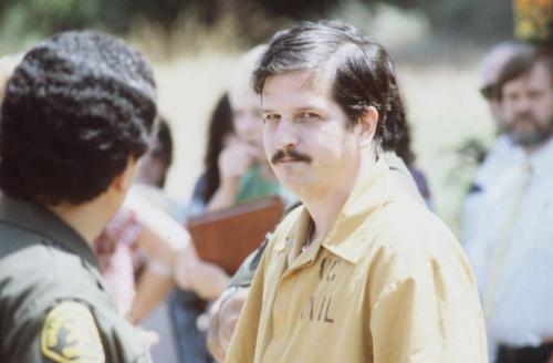 """В период с 1979 по 1980 год он вместе со своими сообщниками изнасиловал и убил от 21 до 36 юношей и мальчиков. Будучи далеко не глупым мужчиной, он умело ускользал из рук полиции. В реальной жизни Бонин был обручен, отслужил в армии, воевал во Вьетнаме и был отмечен медалью """"За примерное поведение""""."""