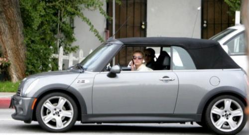 5. Бритни Спирс<br /> Певица Бритни Спирс, возможно, уже не так популярна, как в 1990-ые годы, но после взрывного возвращения в Лас-Вегасе она зарабатывает $15 млн в год.</p> <p>На протяжении многих лет Бритни накопила внушительный капитал в размере $170 млн, но в вопросах приобретения автомобиля по-прежнему предпочитает недорогие модели. Певица известна своей любовью к своему Mini Cooper, который стоит всего около $35000.</p> <p>Mini Cooper производится компанией BMW с 2000 года и является очень популярным автомобилем, хотя Бритни Спирс запросто может позволить себе что-то более симпатичное.