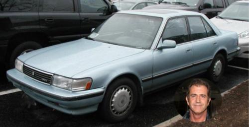 9. Мел Гибсон<br /> Хотя знаменитый актёр является владельцем автомобиля Mercedes CLS 500 стоимостью более $200000, он также владеет Тойотой Крессида, стоимость которой гораздо ниже. Победитель премии «Оскар» и «Золотой глобус» за главную роль в фильме «Храброе сердце» скопил собственный капитал в размере $425 млн.</p> <p>Toyota Cressida производилась с 1976 по 1992 год и была экспортным вариантом модели Mark II, которая продавалась в Японии.</p> <p>Автомобиль имеет 3-литровый двигатель V6, и на самом деле никому не известно, так же ли часто Гибсон ездит на этой машине, как на своём Мерседесе CLS 500.