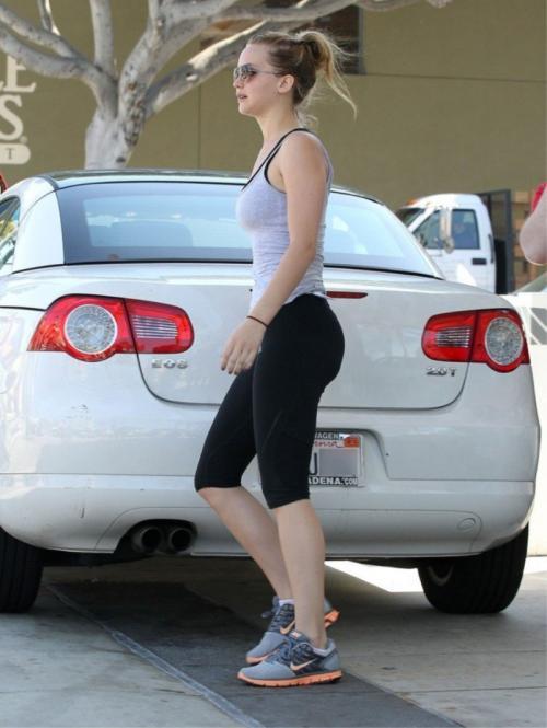 2. Дженнифер Лоуренс<br /> Актриса имеет собственный капитал в размере $75 млн и продолжает свою головокружительную карьеру. Снявшись в фильме «Голодные игры» в 2012 году, она заработала $0,5 млн, и уже в 2013 году за фильм «Голодные игры: И вспыхнет пламя» получила $10 млн. Но даже зарабатывая такие деньги, Лоуренс не перестаёт ездить на своём Volkswagen Eos стоимостью около $35000.</p> <p>Volkswagen Eos — это компактный спортивный автомобиль, который производится с 2006 года. Возможно, Дженнифер Лоуренс отождествляет себя с именем богини утренней зари Эос (Eos) из греческой мифологии.