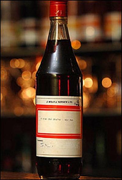 8. 51 000 $ – Ямайский Ром (1940). Этот ром был разлит в бутылки в 1940 году на Ямайке, и имеет честь быть самой дорогой бутылкой рома в мире. Бутылка, которая показывалась на первом ромовом фестивале Европы, РомФест, оценена в 26 000 163;. Бутылка, которая является одной из четырех нераскрытых бутылок этого напитка в мире, представляет утерянную технологию изготовления этого напитка Wray and Nephew Rum.