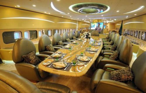 7. Boeing 747-430 CustomСтоимость 233 млн долларовBoeing 747-430 Custom, принадлежащий султану Брунею с острова Борнео — один из самых роскошных и дорогих авиалайнеров в мире. Самолёт был приобретён за 100 миллионов долларов, но после его модификации стоимость резко возросла и стала составлять 233 миллиона долларов США. Сумма, превышающая изначальную стоимость судна, была потрачена султаном на обустройство шикарного интерьера и декора с включением элементов из благородных металлов. Например, умывальник в ванной комнате выполнен из чистого золота. На борту летающего особняка расположились гостиная и множество спален.
