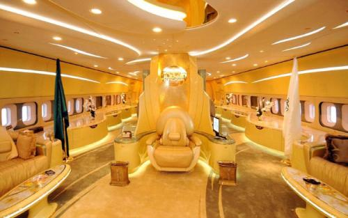 9. Boeing 747-400 CustomСтоимость 230 млн долларов Модель Boeing 747-400 Custom, принадлежащая принцу из Саудовской Аравии Аль-Валиду бин Талалу, входит в список самых дорогих самолётов в мире. Он был приобретён в 2003 году и практически полностью модернизирован. На борту имеется две роскошных спальни и большая гостиная, предназначенная для 14 персон. Стоимость авиалайнера оценивается в 230 миллионов американских долларов.