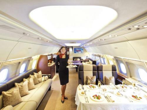 2. Airbus A380 CustomСтоимость 500 млн долларомAirbus A380 Custom — самый большой и дорогой частный самолёт в мире, владельцем которого является принц Саудовской Аравии Аль-Валиду бин Талалу. Его высота равна почти 25 метрам, а длина превышает 72 метра. На борту Airbus A380 Custom может уместиться около тысячи пассажиров. Здесь имеется гараж, предусмотренный на два автомобиля, конюшня, ванная комната с душевой, оздоровительный центр и множество комнат. Это настоящий дом на крыльях. Стоимость роскошного воздушного судна составляет 500 миллионов американских долларов. Всего было построено суден такого типа 195 единиц.