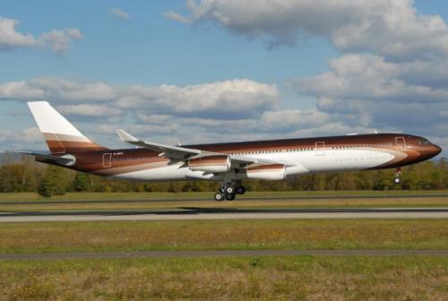 3. Airbus A340-300 CustomСтоимость 500 млн долларовAirbus A340-300 Custom «Бурхан», принадлежащий Алишеру Асманову, — один из самых дорогих самолётов в мире. Его стоимость оценивается в 500 миллионов долларов США. Авиасудно было выполнено по заказу российского миллиардера и было названо в честь его отца. Стоит отметить, что стоимость обычной модели Airbus A340-300 Custom не превышает 253 миллионов USS. Так как авиалайнер был модернизирован и сделан под заказа, то и цена на него взлетела практически в два раза. Вместимость самолёта составляет около 400 пассажиров. Всего произведено 377 единиц такого типа.