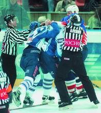 В России также по-разному относятся к проблеме кулачных боев на хоккейной площадке. Одни считают это варварством, не имеющим никакого отношения к самой игре, а другие уверены, что драки - неотъемлемая часть хоккейного шоу и делают игры более привлекательными для зрителей...