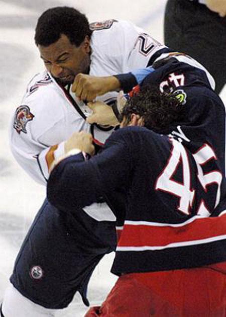 """Или, вот, Джордж Ларак. В юниорах его чуть не убили. Но в НХЛ он все-таки вновь стал драться. В конце концов он заработали репутацию не только сильного, но и честного """" тафгая"""". То есть Джордж не относится к тем, кто вопреки правилам оставляет свой свитер неприкрепленным к туловищу или продолжает драку после вмешательства арбитров. Игроки должны проявлять друг к другу уважение, считает он..."""