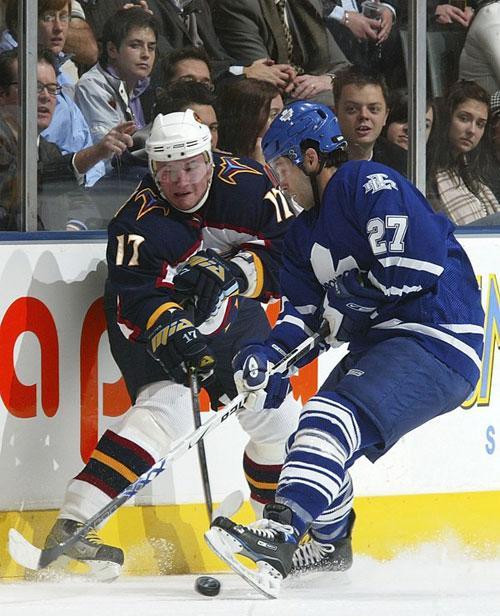 """В отличие от НХЛ в России бойцы, совсем плохо играющие в хоккей, не прижились. Но драк от этого меньше не стало. Отсутствие профессионалов, которые могли бы поставить на место зарвавшихся наглецов, порождало опасное чувство вседозволенности. Драться лезут даже """"масочники"""" - играющие в суперлиге юниоры, которые по правилам должны носить защитные маски..."""