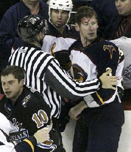 Драки в НХЛ – это часть хоккейной культуры. С момента основания лиги каждый клуб непременно держал в составе одного, а то и нескольких специалистов по мордобою...