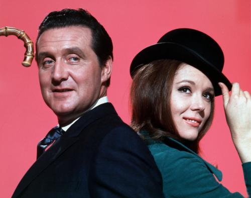 Дайана Ригг впервые появилась на экране в 1961 году, снявшись в телеверсии театральной пьесы «Ондина». В 1965-67 годах она играла главную роль в популярном британском детективном сериале «Мстители». Эта роль принесла Дайане Ригг широкую известность и актриса, сначала планировавшая сняться только в четвертом сезоне проекта, согласилась на работу в продолжении.На фото: Дайана Ригг -  Мстители